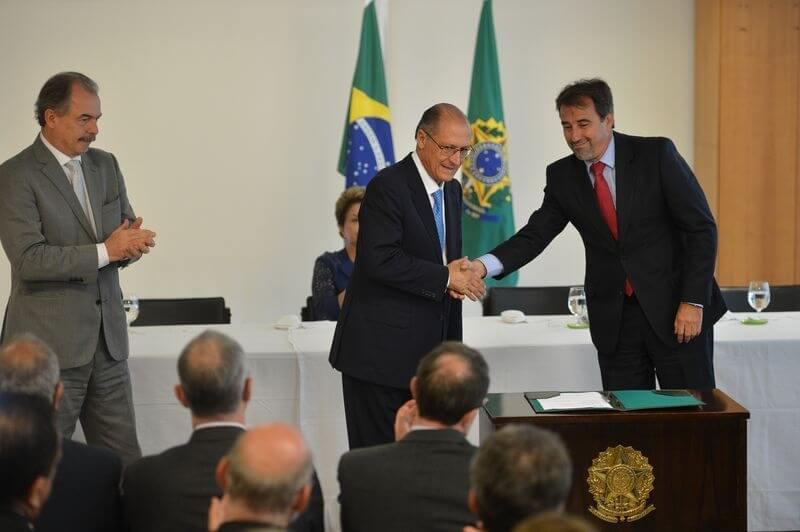 Ministro da Casa Civil, Aloizio Mercadante; presidenta Dilma Rousseff; governador Geraldo Alckmin; e ministro das Cidades, Gilberto Occhi durante assinatura de contratos para obras em São Paulo (José Cruz/Agência Brasil)