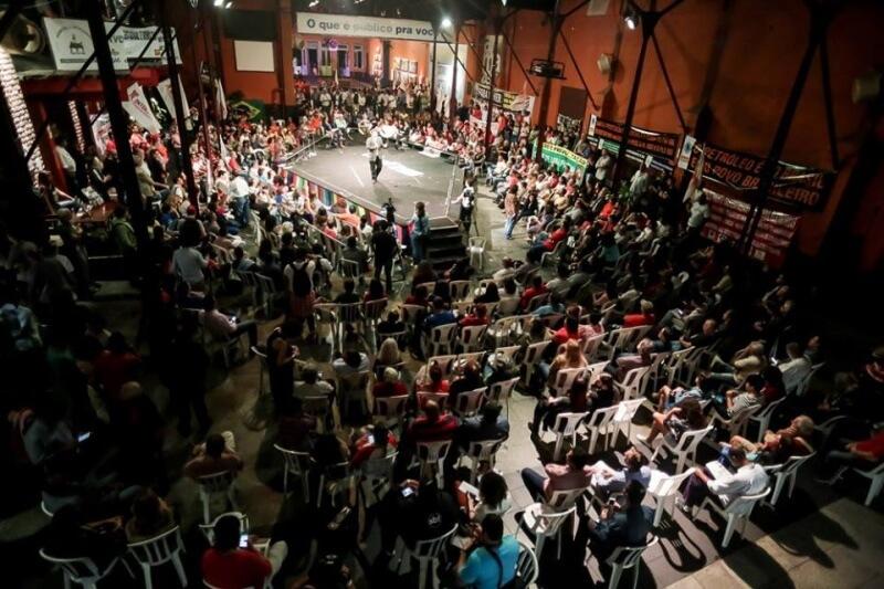 Trabalhadores, estudantes e populares tomaram a Fundição Progresso, no Centro do Rio, durante a segunda-feira (6) no lançamento da campanha Se é público, é de todos! Foto: Mídia Ninja.