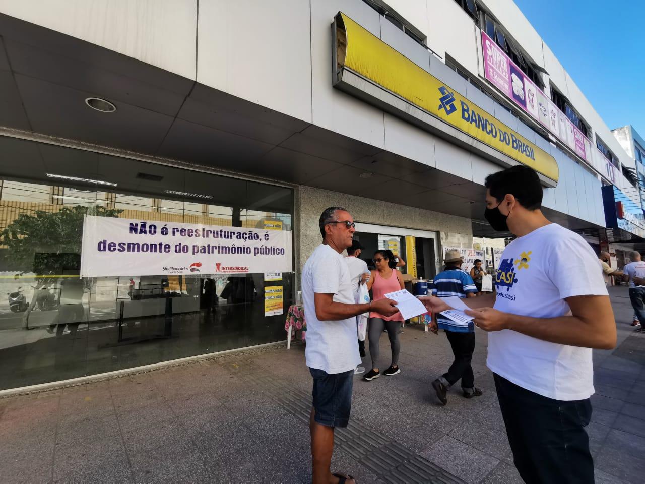 Distribuindo panfletos, bancários dialogaram com população sobre fechamento de agências